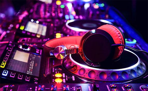 Loa Karaoke Yamaha KMS-710 màu đen có các cổng phản hồi âm trầm kép