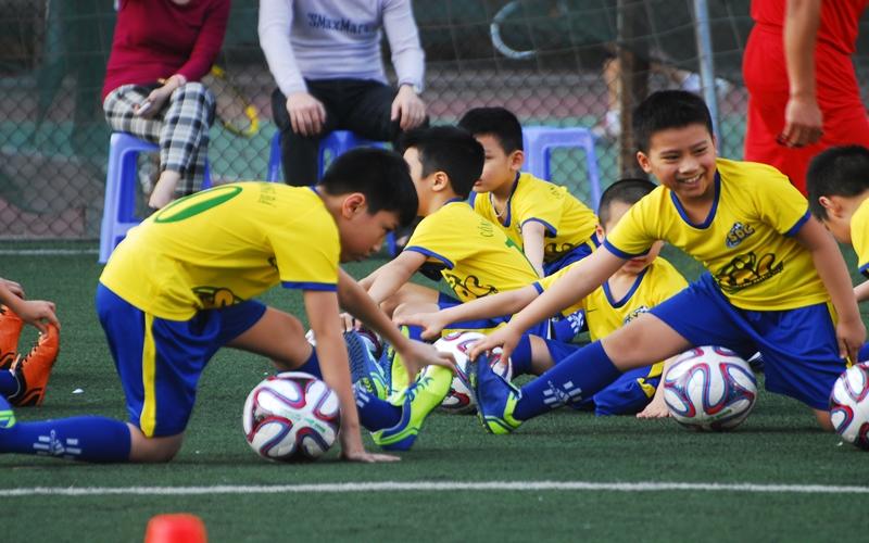 Con thật hòa đồng với bạn bè khi chơi thể thao cùng bạn bè