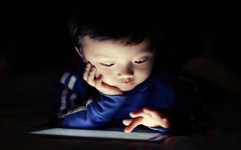 Trẻ dễ dàng sa đà bởi sự hấp dẫn mà máy tính bảng mang lại