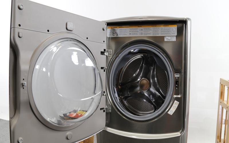 Máy cũng chiếm diện tích hơn mẫu máy giặt cửa trên truyền thống