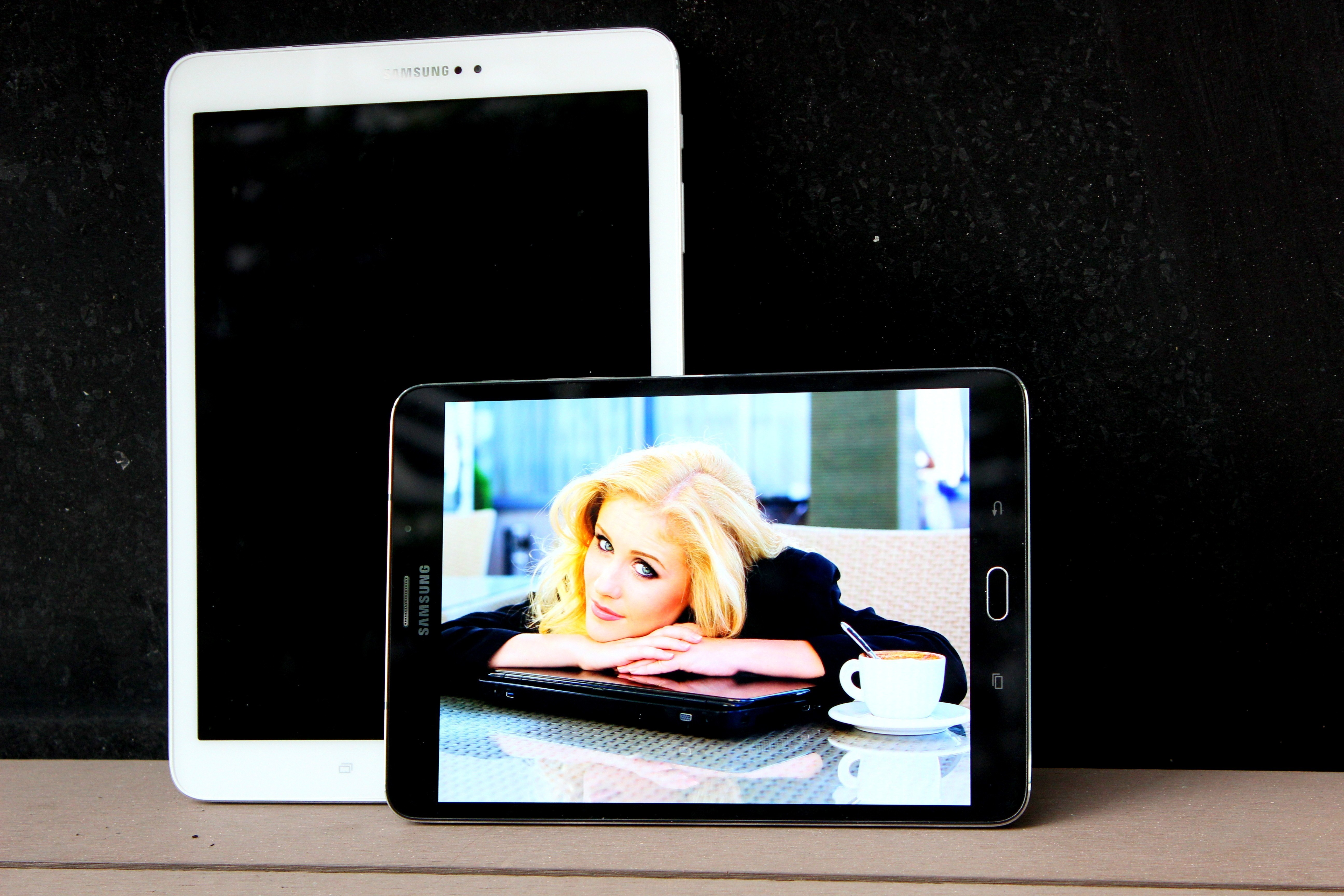 Galaxy Tab S2 nổi bật bên phụ kiện