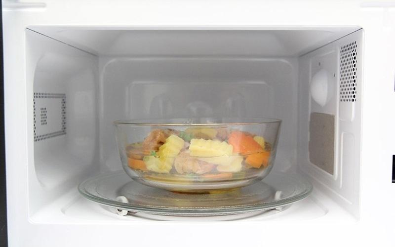 Hãy để thức ăn trong đồ dùng có thành cao trước khi để vào lò vi sóng