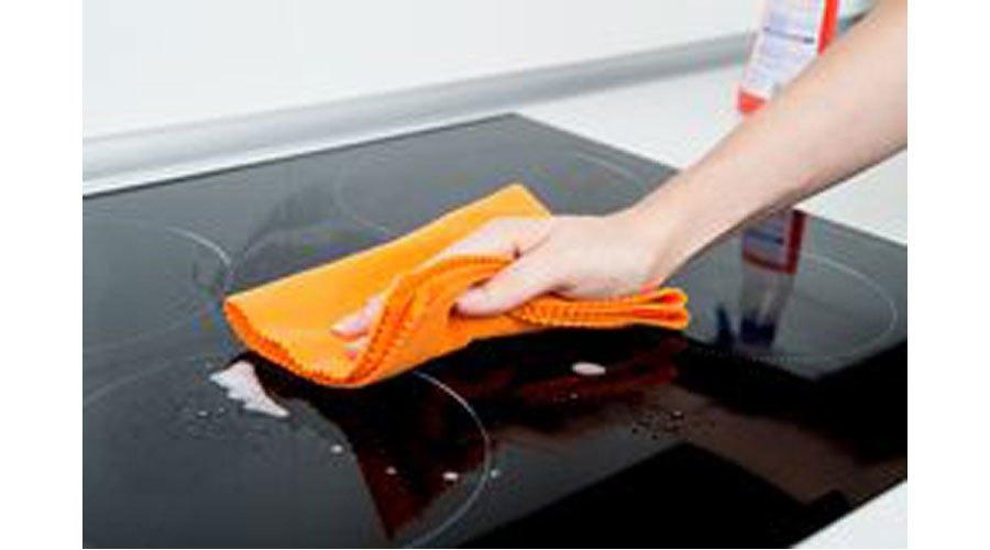 Với các chất bám dính thì chất tẩy rửa chuyên dụng cho kính sẽ làm bếp sáng bóng nhanh chóng