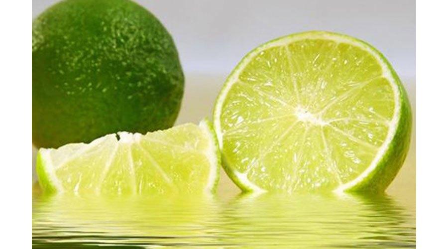 Nước cốt chanh sẽ giúp bạn lau chùi bếp điện từ được sáng bóng một cách nhanh chóng