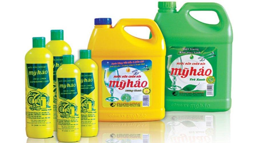 Với các vết bẩn thông thường, không có độ bám dính cao thì nước rửa chén sẽ làm sạch bề mặt bếp một cách dễ dàng