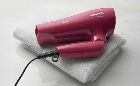 Máy sấy tóc Panasonic EH-ND63-P645 kiểu dáng gọn nhẹ, vừa tay nắm