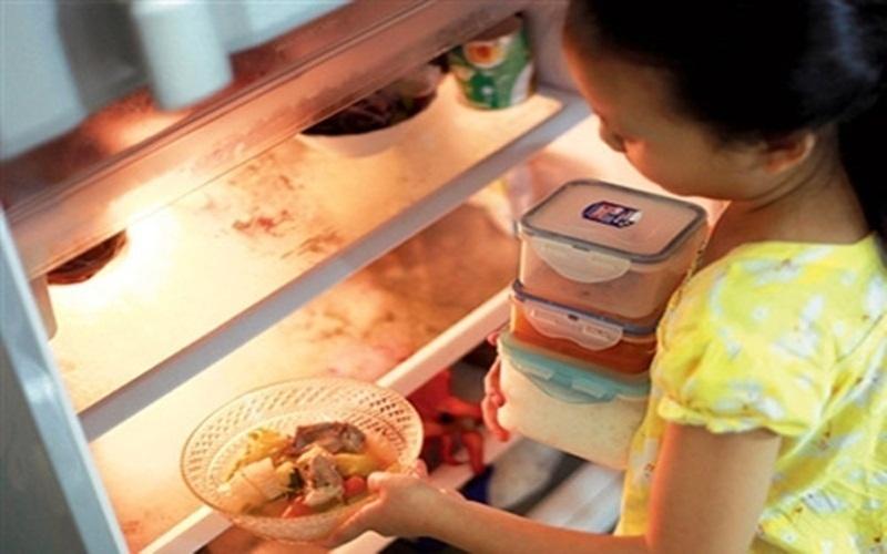 Để thức ăn nguội rồi mới bảo quản trong tủ lạnh