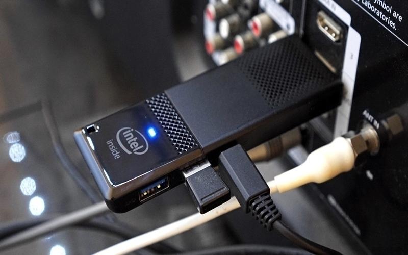 Chiếc máy tính bỏ túi Intel Compute Stick có kích cỡ chỉ to hơn chiếc USB một chút