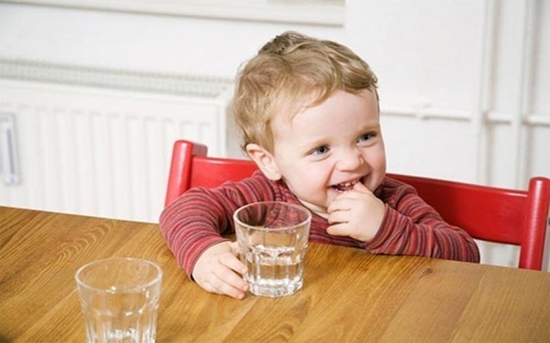 Bổ sung nước thường xuyên sẽ giúp bạn giải nhiệt cơ thể