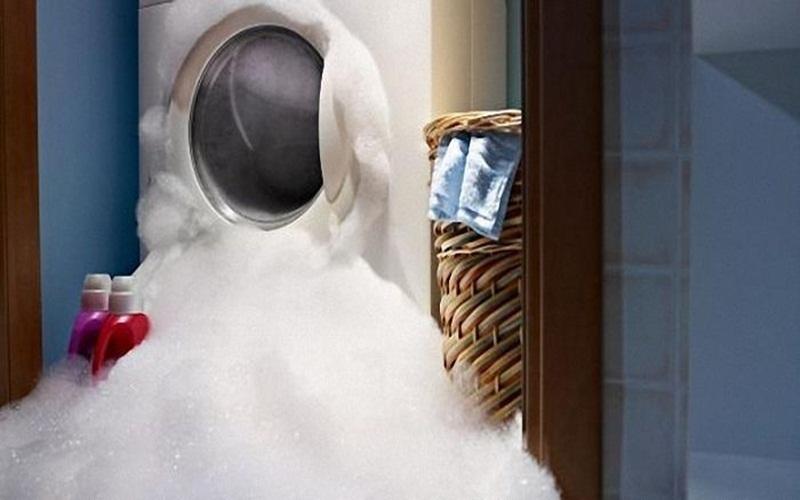 Bọt xà phòng tràn ra ngoài dễ gây hư hại cho máy giặt