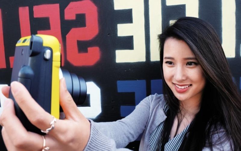 Máy ảnh chụp lấy liền có chế độ selfie