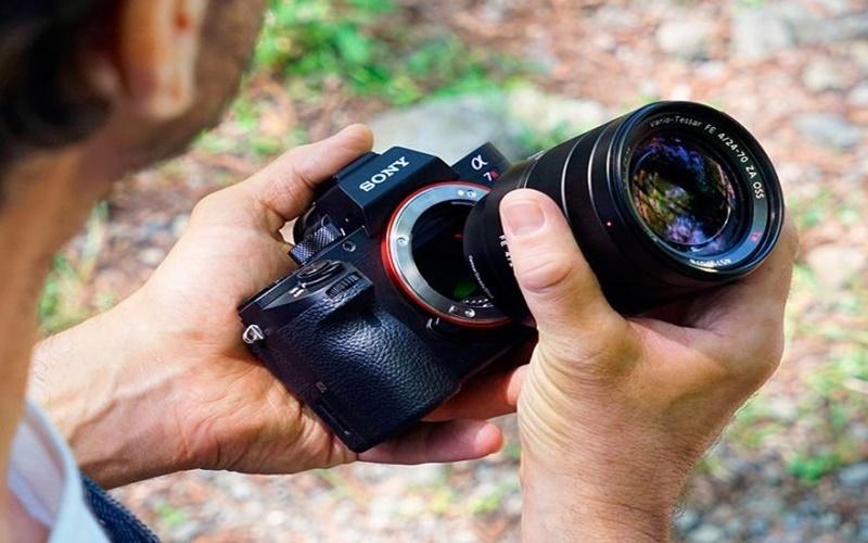 với thiết kế tháo rời, máy ảnh không gương lật thay được nhiều ống kính