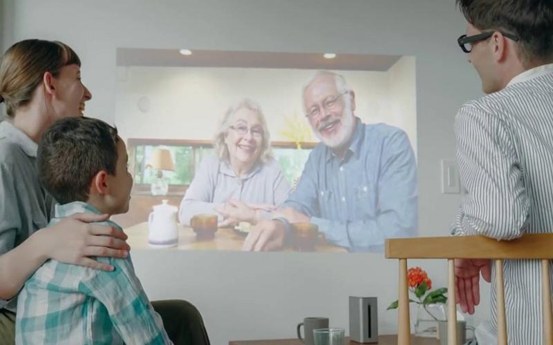 Xem phim với màn hình 80 inch ngay trong phòng khách