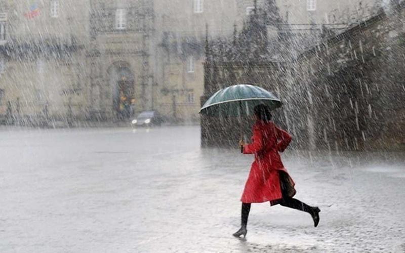 Sáng sơm băng qua con đường đầy mưa hối hả