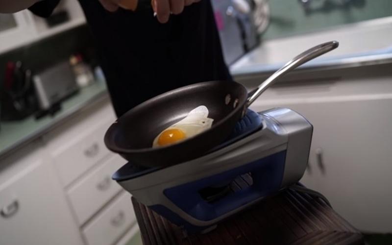 Chiên trứng nghệ thuật bằng bàn ủi