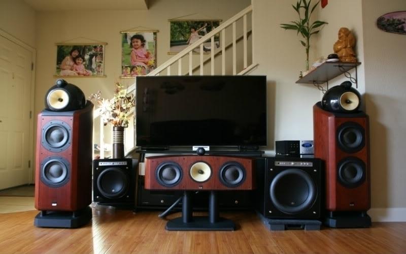 Dàn âm thanh đầy đủ gồm amply, hệ thống loa, dây kết nối và lọc điện