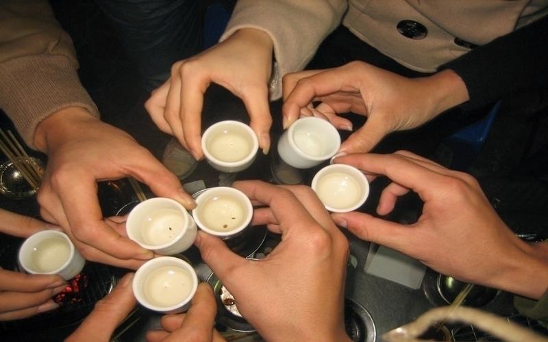 Ngày Tết mọi người thường chúc nhau ly rượu cho năm mới an lành