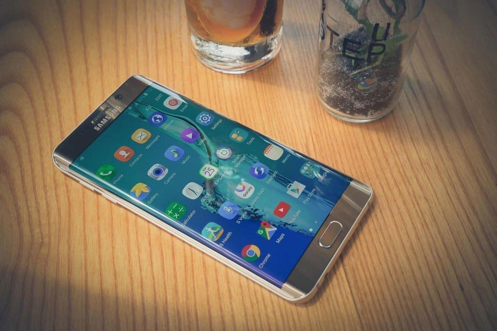 Điện thoại Samsung Galaxy S6 Edge Plus mang vẻ đẹp bóng bẩy