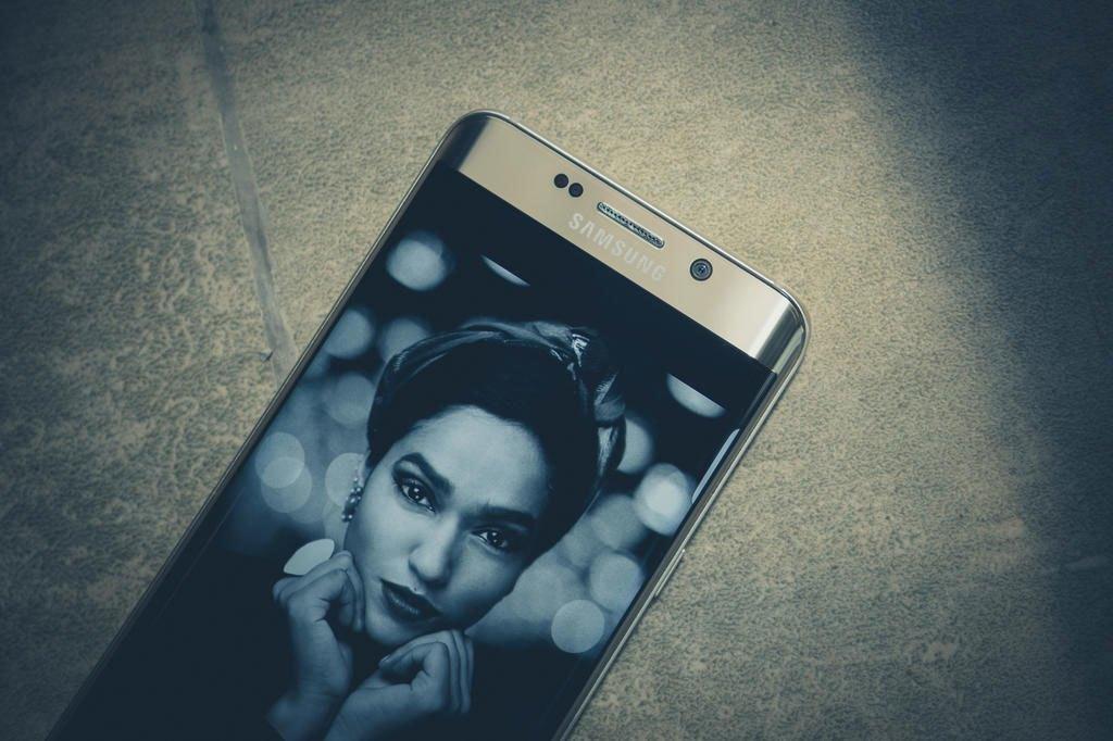 Điện thoại Samsung Galaxy S6 Edge Plus thiết kế cầm chắc tay