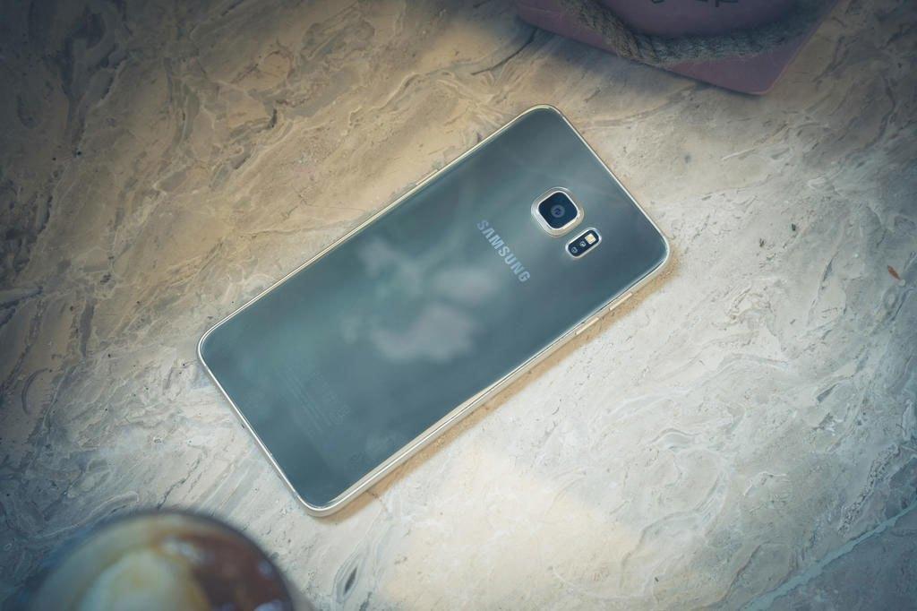 Điện thoại Samsung Galaxy S6 Edge Plus với mặt sau bằng kính cường lực
