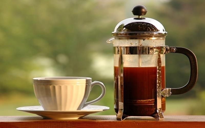 Bình thủy tinh và cốc cà phê sạch sẽ, mới tinh