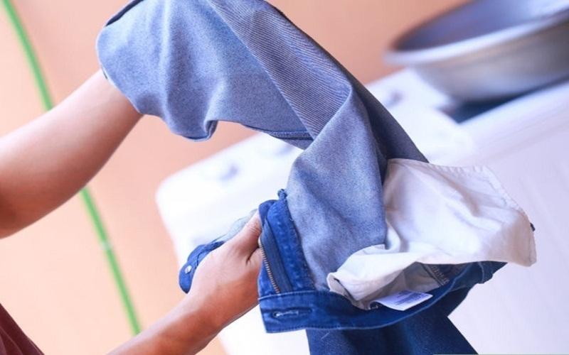 Không còn nỗi lo khi giặt đồ jeans với hỗn hợp giấm muối