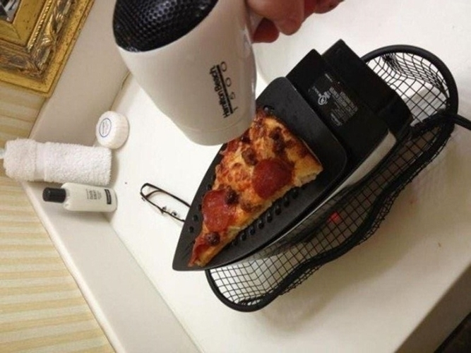 Hâm nóng bánh pizza bằng bàn ủi