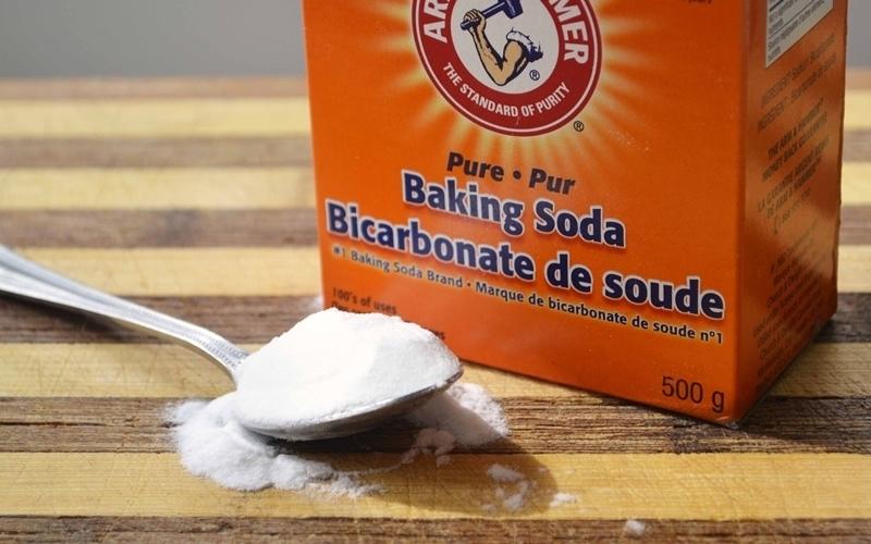 Hòa tan Baking Soda cùng với nước ấm để đạt được hiệu quả tốt nhất