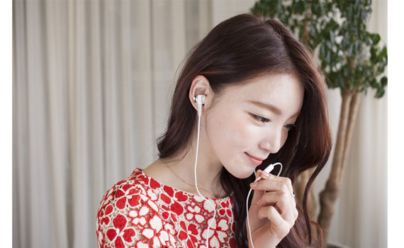 Bạn nữ trông xinh xắn hơn khi đeo tai nghe Sony MDRXB50AP/WQE
