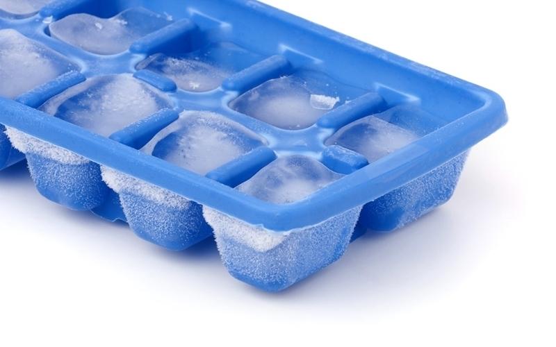 Khay làm đá quá nhiều trong tủ cũng làm tủ làm lạnh không được như bình thường
