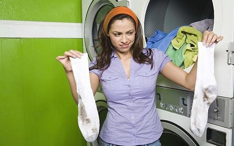 Quần áo bị đóng cặn bột giặt gây khó chịu cho bạn mỗi khi giặt xong