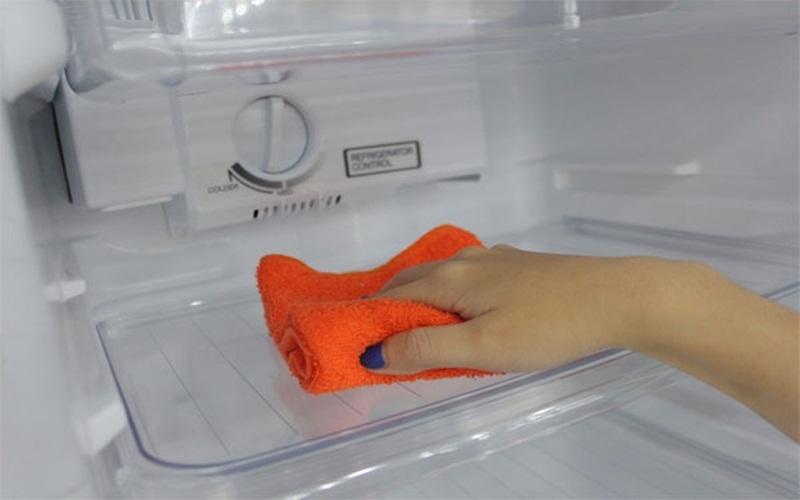 Lau sạch tủ lạnh bằng khăn mềm sau khi đã làm các bước trên