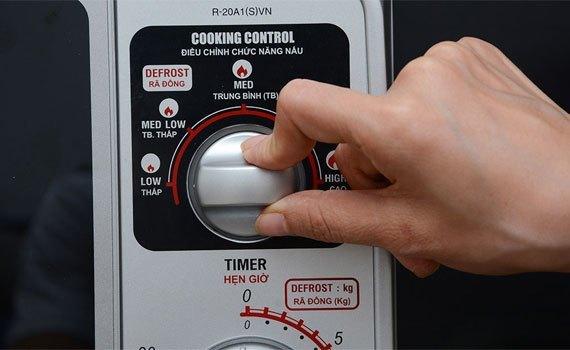 Lò vi sóng Sharp R-20A1(S)VN dễ dàng điều khiển