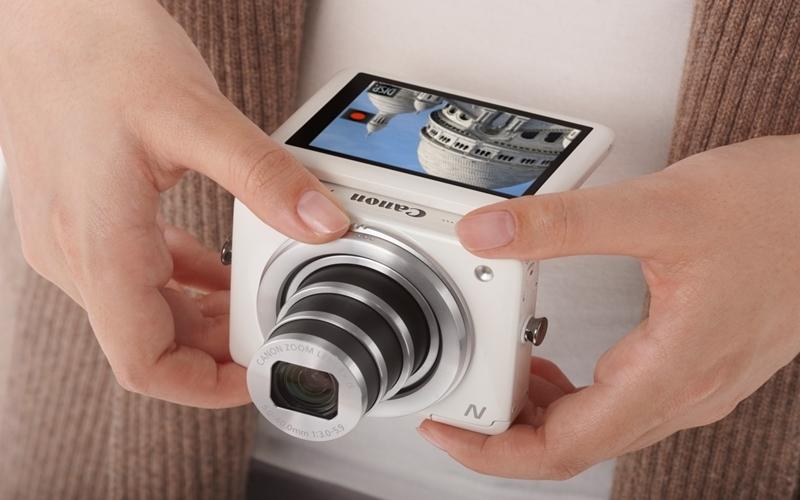 Màn hình cảm ứng hiện đại của máy chụp hình Canon Powershot N