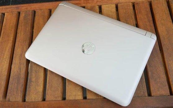 Máy tính xách tay HP Pavilion AB151TX với thiết kế màu bạc sang trọng