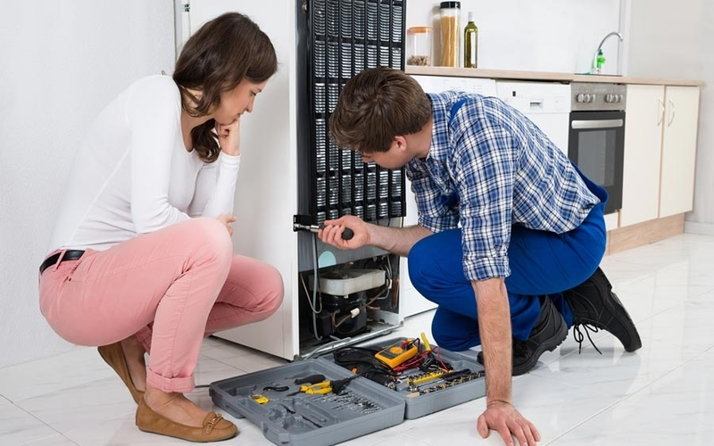 Nên liên hệ với nhân viên sửa chữa khi tủ lạnh có vấn đề