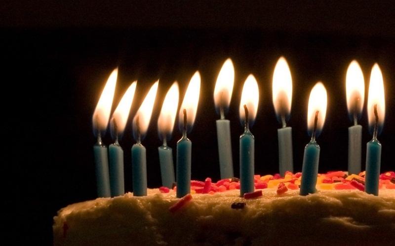 Chiếc bánh sinh nhật ngon lành không còn bị phá hỏng bởi những cây nến
