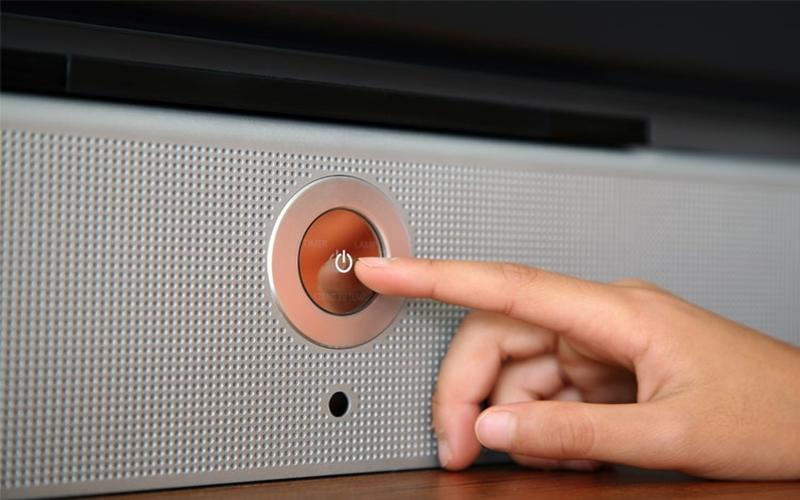 Tắt nguồn điện hoàn toàn với nút Power trên màn hình TV