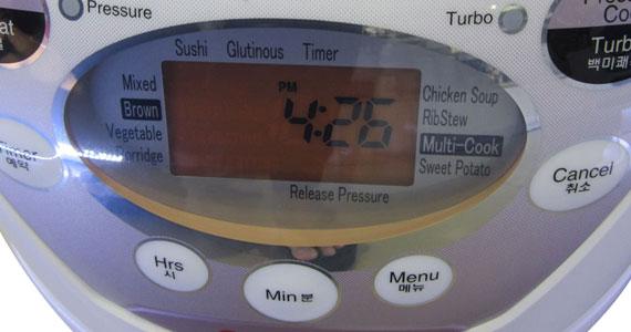 Trang bị màn hiển thị nồi cơm điện Cuckoo CRP-A1010F LCD hiện đại