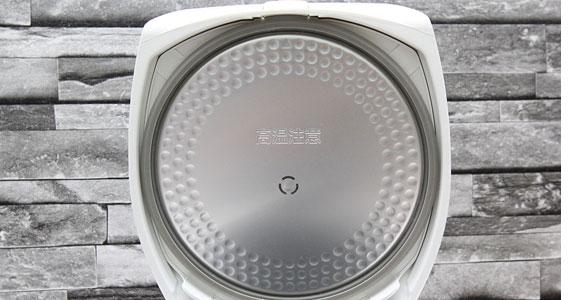 Nồi cơm điện Toshiba RC-18NMF(WT)VN trang bị mâm nhiệt tiện dụng