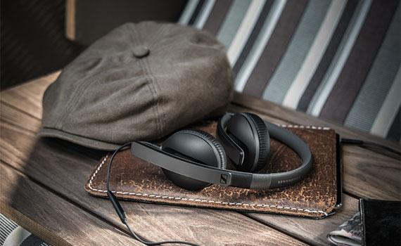 Kiểu dáng và màu sắc tai nghe Sennheiser HD2.30I màu đen không bao giờ lỗi thời