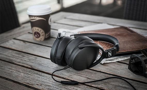 Kiểu dáng và màu sắc tai nghe Sennheiser HD4.30G màu đen không bao giờ lỗi thời