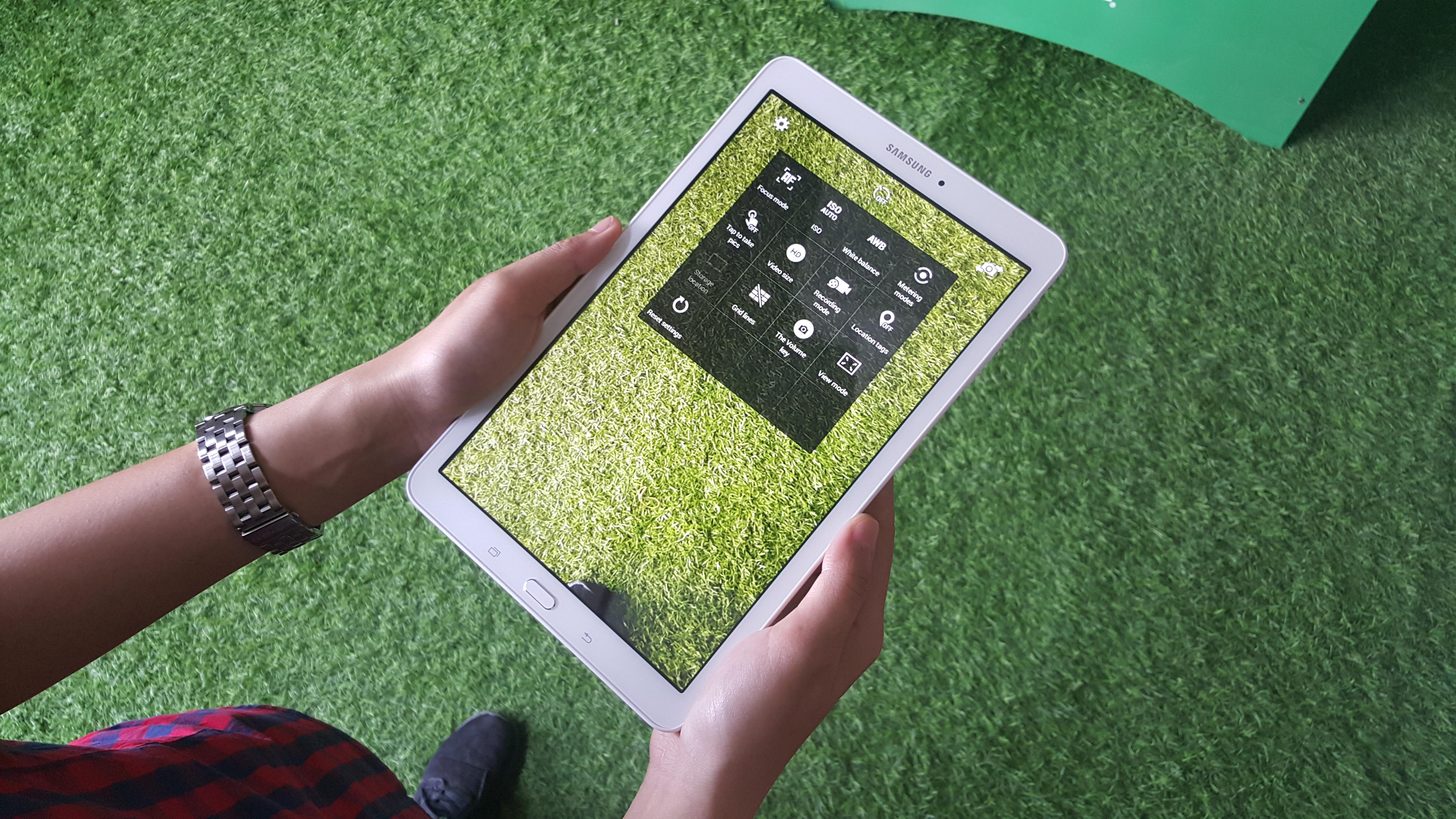 Galaxy Tab E có ưu điểm hơn khi so với Venue 8 3840 thông qua kho ứng dụng độc quyền