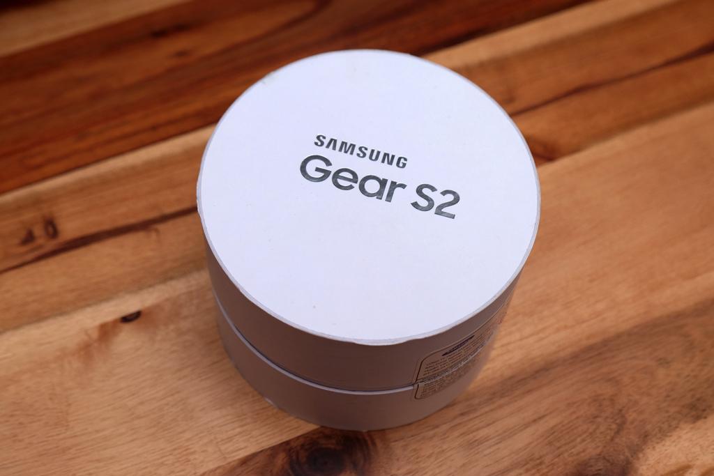 Gear S2 có hộp hình trụ nhỏ gọn, bên trong đi kèm nhiều phụ kiện