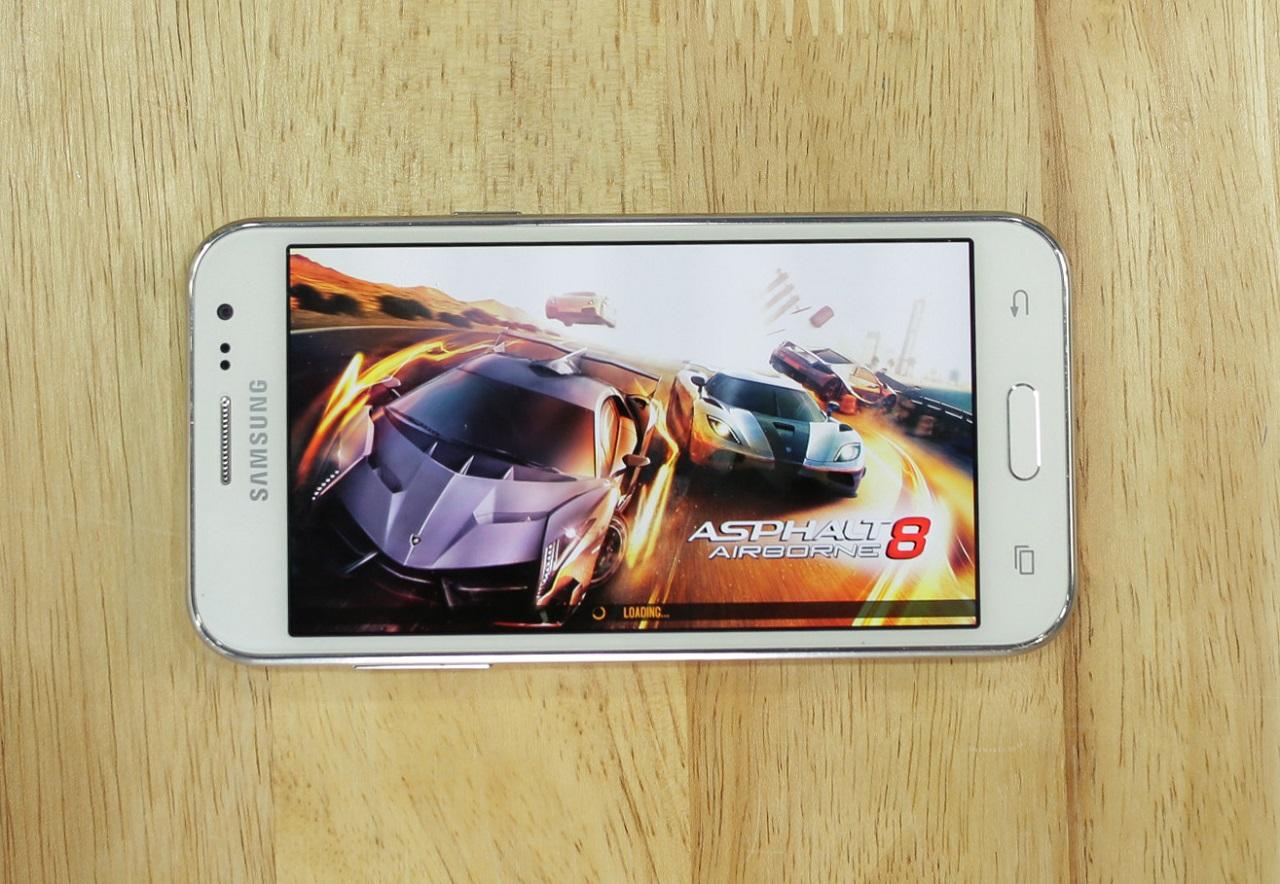 Trang bị màn hình công nghệ Super AMOLED với kích thước 4.7 inch lên trên Galaxy J2