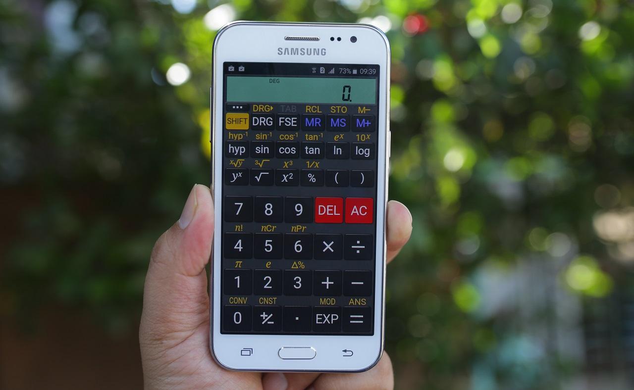 Galaxy J2 chạy trên hệ điều hành Android 5.1.1 với giao diện Touchwiz