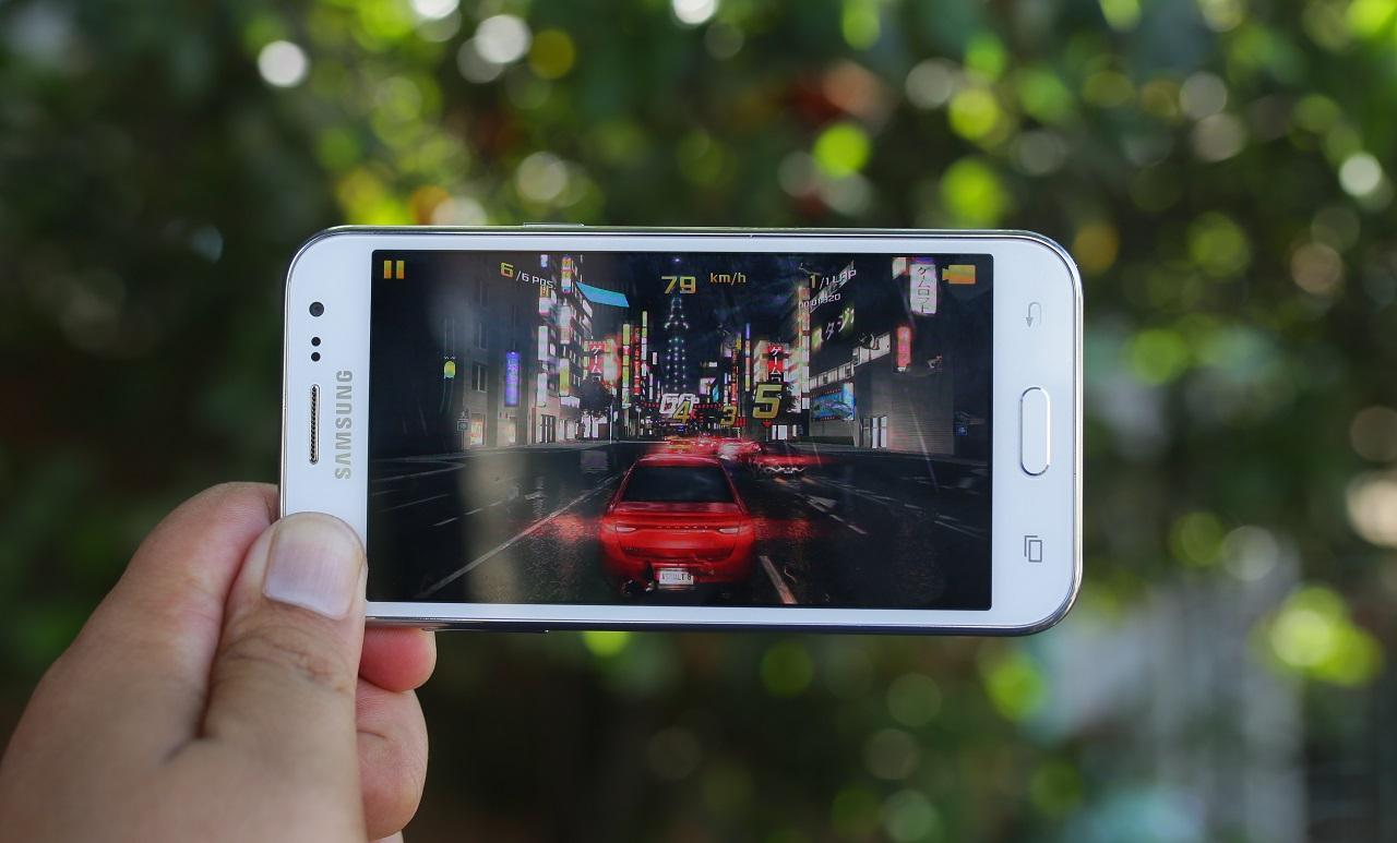 Galaxy J2 trang bị bộ vi xử lí lõi tứ Exynos 3475, RAM 1 GB, bộ nhớ trong 8 GB