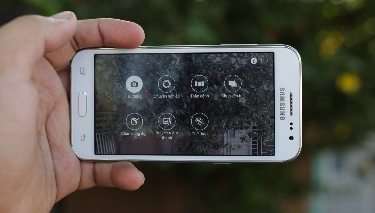 Galaxy J2 trang bị camera chính 5 MP với giao diện chụp ảnh khá giống với Galaxy A8