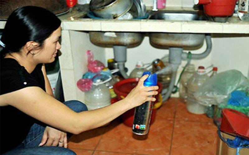 Đừng xịt thuốc diệt côn trùng khi đang nấu ăn vì dễ gây cháy nổ và ngộ độc thực phẩm