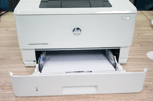 Bảng điều khiển máy in laser HP M402N dễ thao tác.